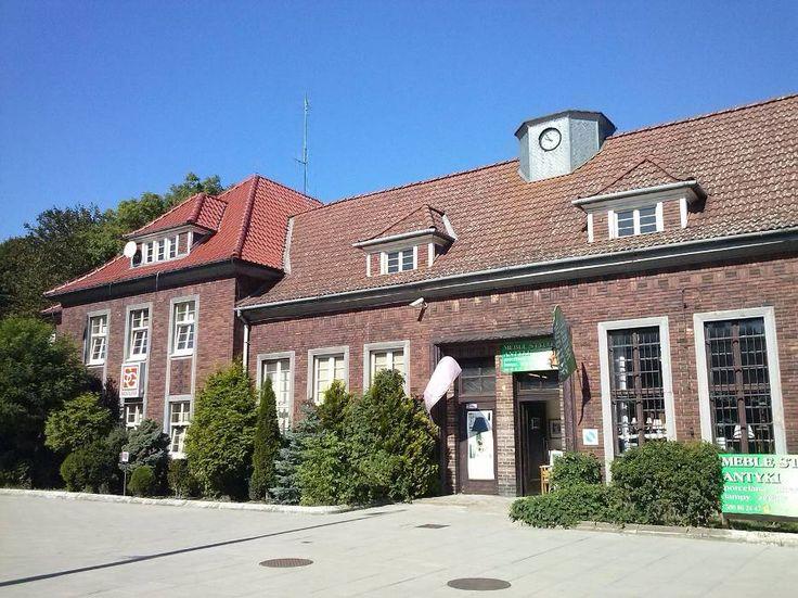 Obecny budynek dworca został zbudowany w 1927 roku. Zespół budynków dworca wraz z placem przydworcowym został wpisany do rejestru zabytków.