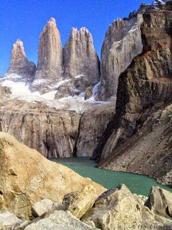 """Chile ( parque nacional Torres del paine )  Con 242'242 hectáreas de superficie, representa lo que hace a Patagonia tan única: Con cumbres verticales de granito, glaciares enormes, lagos con tonalidades de verde al azul, desierto de estepa patagónica, ríos y saltos de agua; todos juntos rodean un macizo de Granito, el cual lo invita a explorarlo en por su interior. En el centro surgen las tres llamativas agujas de roca, """"Las Torres del Paine"""" que le dieron el nombre al parque."""