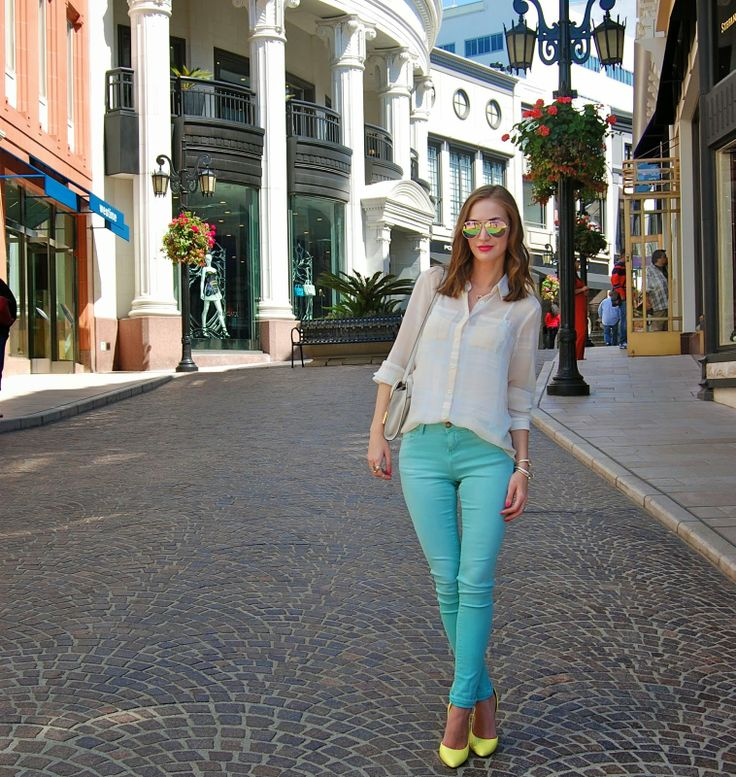 Erica of CasuallyStyled.com modeling on Two Rodeo's cobblestone walkway.