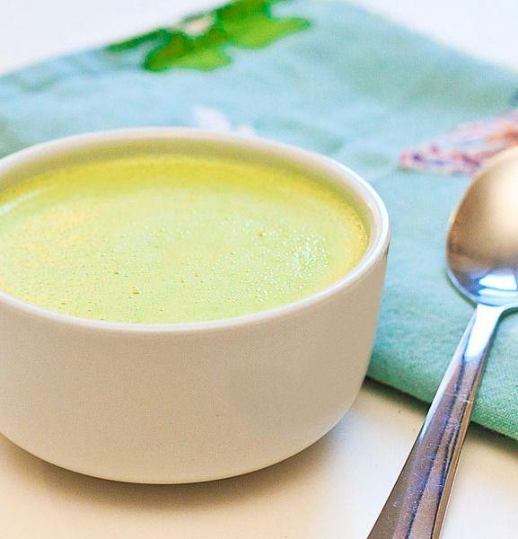 Ze 60 g másla a mouky zhotovíme jíšku, zalijeme vývarem a vzniklou bílou polévku povaříme. Očištěný pórek nakrájíme na tenká kolečka a v kastrolu n...