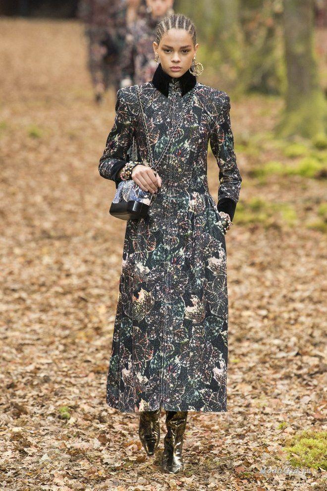 Для нового показа Chanel на неделе моды в Париже подиум был превращен в  осенний лес, да и сама одежда задавала осеннее настроение  приглушенная, ... c0653f5bdbe