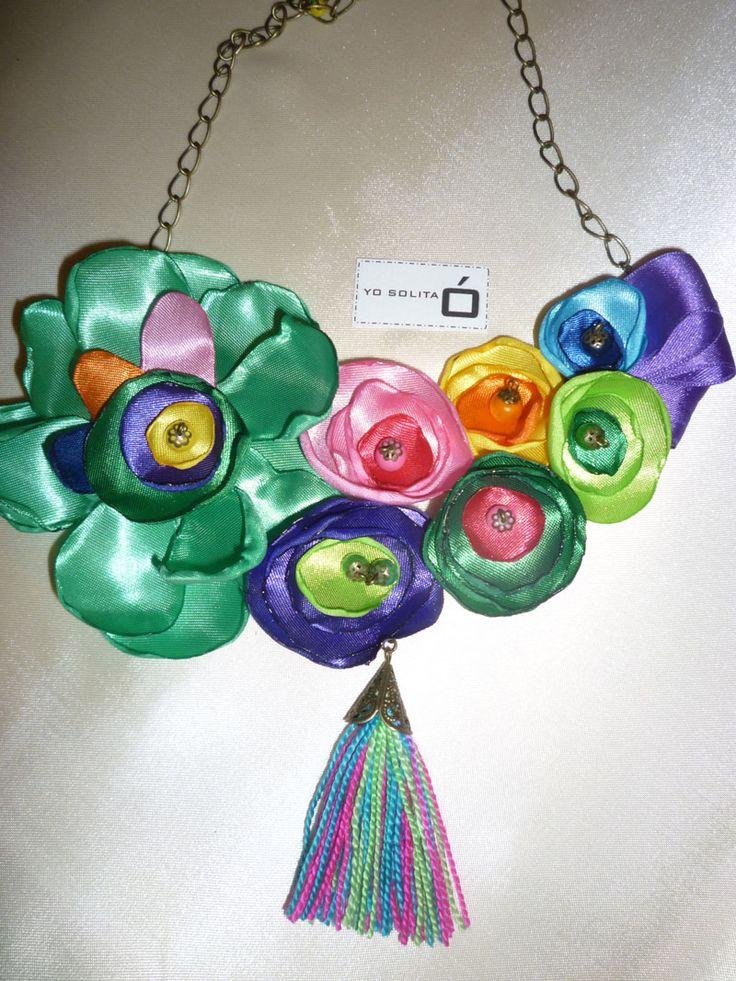 Collar con flores de tela y base de pet reciclado en varios colores.