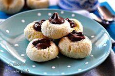 Biscotti al cocco e nutella, ricetta dolce facile ed economica. Solo 4 ingredienti per dei dolcetti squisiti.