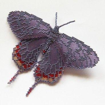 Nocny motyl broszka Misterna broszka wykonana czasochłonną techniką beadingu. Motyl został wypleciony z setek najwyższej jakości japońskich koralików Toho w kolorach czerwonym, złotym i odcieniach łagodnego fioletu.   www.KuferArt.pl
