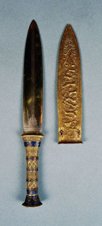 Gold Dagger and Sheath of Tutankhamun…