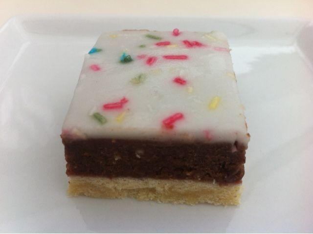 Et klassisk studenterbrød med sødmørdejsbund og glasur med harlekin krymmel.   Min fryser indholder adskelligemængder kagerester,så da je...