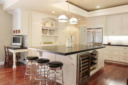 Ein paar stilvolle Hängeleuchten Leuchten auf die weiße Kücheninsel schwarze Keramik Arbeitsplatte mit Frühstücksbar und Waschbecken. Foto: Studio S Quadrat Architektur, Inc