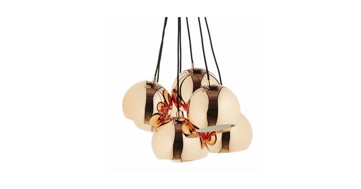 """Ball-lampan är en klassiker. Här ses den i en ny """"gruppversion"""", som gör lampans enkla uttryck till en fin skulptur över matbordet."""