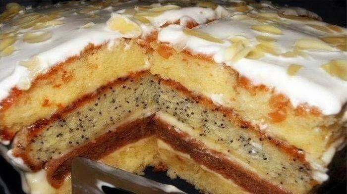 Торт «Сметанная Королева» чудесный, коржи нежнейшие, совершенно не сухие, как у бисквита, а словно с пропиткой. Первый кусочек, попавший в рот, вызывает улыбку. Обязательно стоит попробовать этот многослойный торт.
