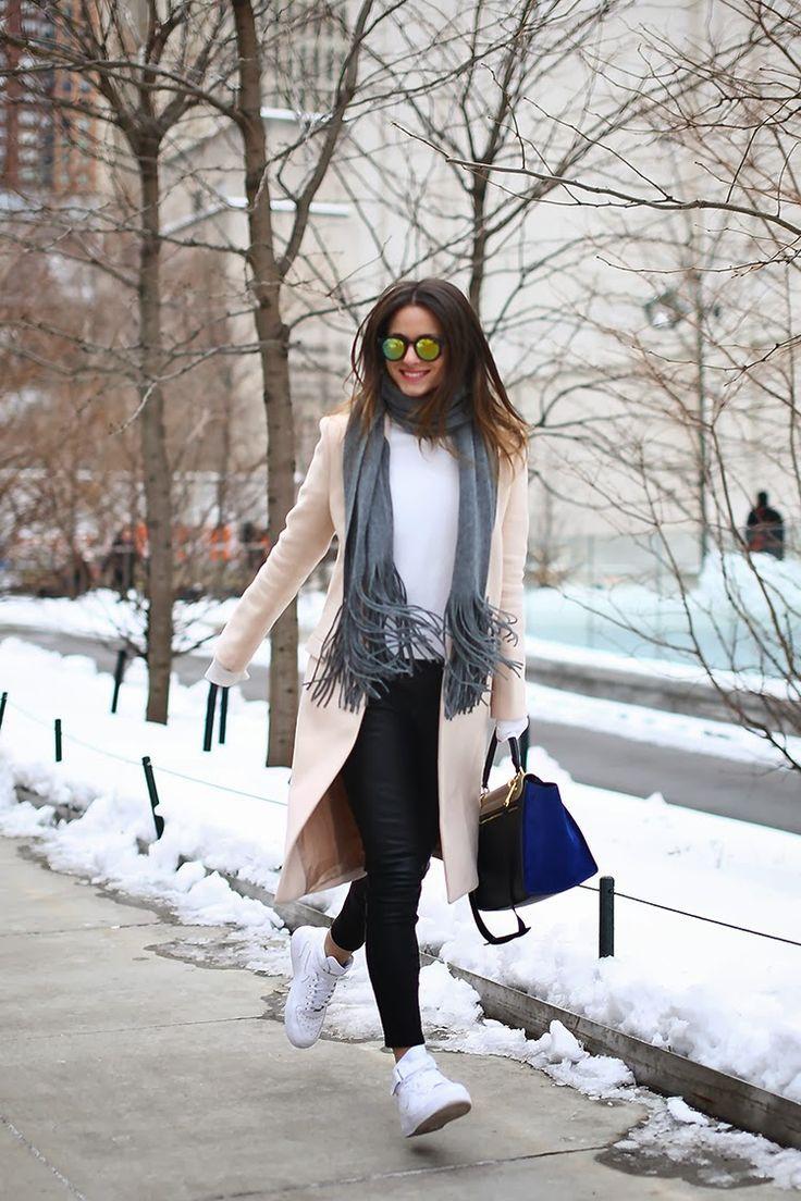 パステルオレンジコートで可愛らしさに加えブラックのパンツでパンチの効いたフェミカジ系タイプのコーデ♡参考にしたいスタイル・ファッション