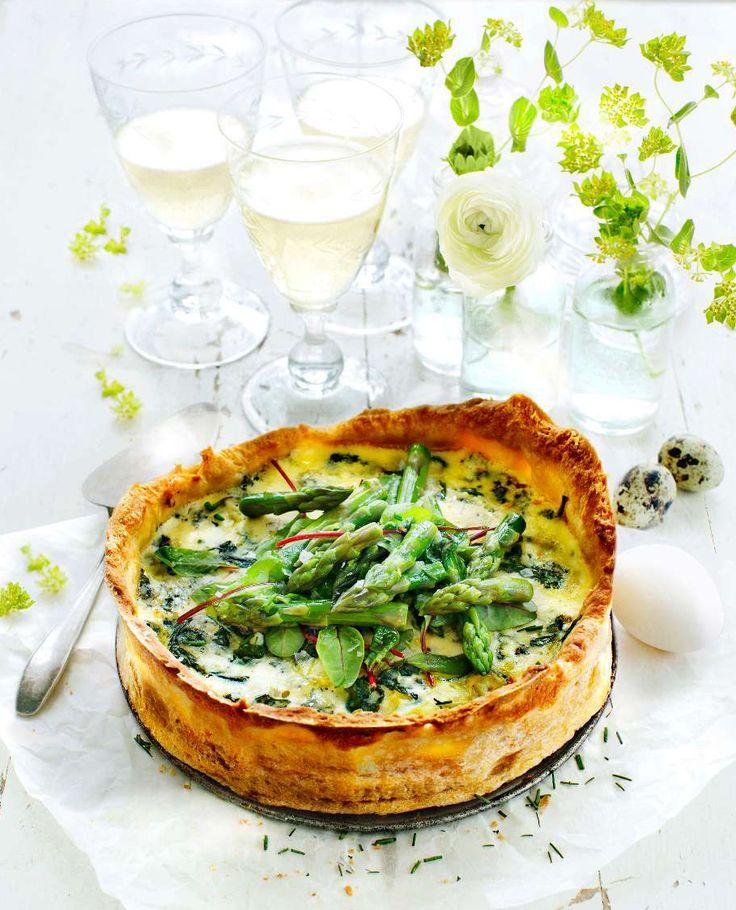 En underbar ostpaj toppad med krispigt grönt är perfekt till vårfesten eller som lyxig lunch