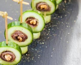 Bouchées minceur de concombre aux anchois et aux noix : http://www.fourchette-et-bikini.fr/recettes/recettes-minceur/bouchees-minceur-de-concombre-aux-anchois-et-aux-noix.html