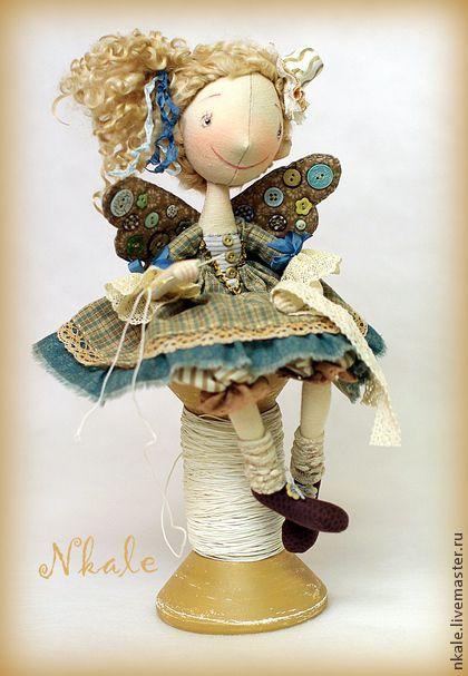фейка-швейка Наперсточек в голубом. Милая и уютная девочка в стиле шебби-шик, вдохновительница и помощница в вашей кукольной или рукодельной мастерской.  Благодаря каркасу принимает любую позу, хорошо устойчиво сидит на полочке.