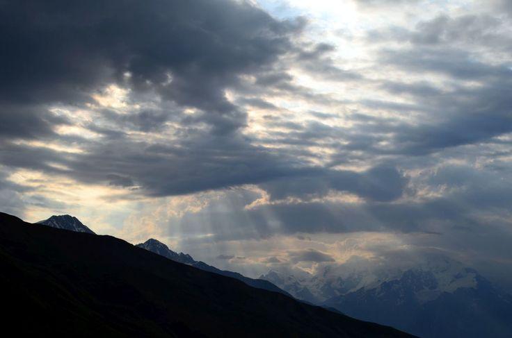 Такую красоту дарят горы своим верным приспешникам. Гроза ходила вокруг, поливала, но к 10 часам утра начало все налаживаться вот таким невероятно красивым способом. Мы тронулись в путь, немного намокли, но уже в обед высохли под голубым небом и в лучах теплого солнца возле озер Корульди!)  С уважением к приключениям, команда hikeup.net