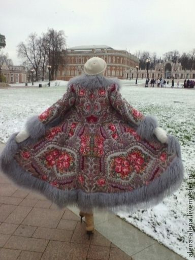 Зимнее пальто 'Мелодия любви'. в интернет-магазине на Ярмарке Мастеров. Зимнее пальто (до - 25) , выполнено из павлово-посадского платка (рисунок 'Мелодия любви', платок снят с производства) с отделкой из натурального меха ламы. Пальто выстегано по по контуру цветов, что придаёт объем и фактуру рисунку. Подклад - натуральный шелк. Пальто очень тёплое, я ставлю два слоя качественного утеплителя, причем один слой утеплителя простёгивается вместе с платком, а второй слой при малой толщ…