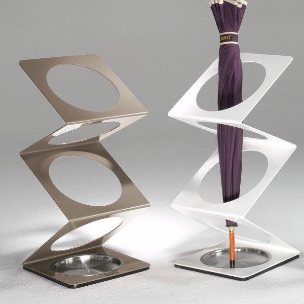 Il portaombrelli Molla di Pezzani dal design essenziale è dotato di vaschetta salvagocce in acciaio inox sul fondo