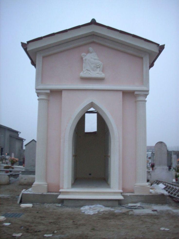 Tomba di famiglia presso cimitero di Lusia (Rovigo) - http://achillegrassi.dev.telemar.net/project/tomba-di-famiglia-presso-cimitero-di-lusia-2/ - Pregevole realizzazione di una edicola funeraria presso il cimitero di Lusia (Rovigo) dove è stata utilizzata la Pietra bianca del Palladio per gli esterni e il Marmo Alba chiara per gli interni. La facciata esterna è impreziosita da due colonne in stile dorico poste ai lati del portale d'ingresso con cornici sagomate; il t