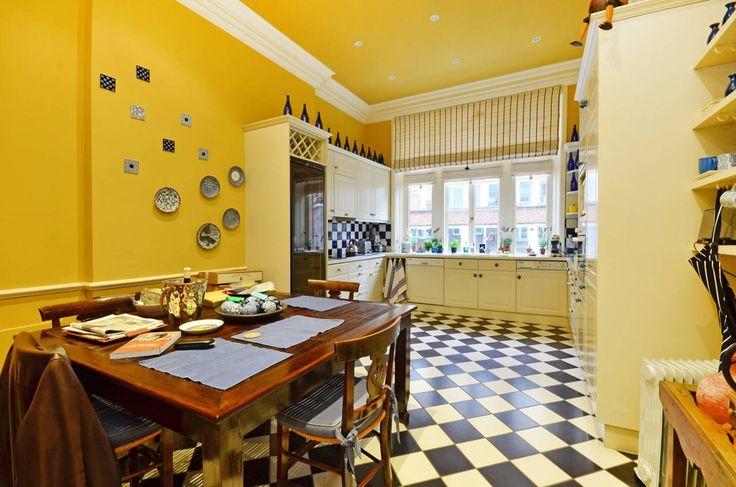 Ромбы / шахматный пол в желтой кухне