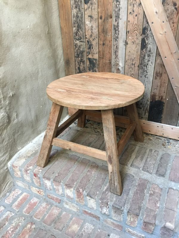 Stoere oude vergrijsd houten ronde kruk krukje bijzettafel