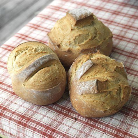 Hvetebrød er bakt med ekte smør, melk og fint hvetemel, og hevet over natten. Det smaker kjempegodt til lunsj med pålegg eller som tilbehør til middag.