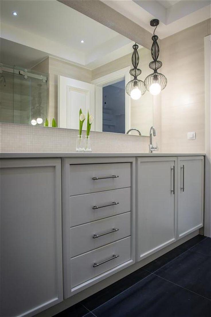 Νεοκλασικό έπιπλο μπάνιου ταμπλαδωτό με συρτάρια και ντουλάπια από λευκή λάκα.