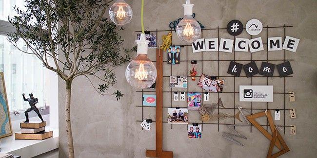 Il muro è come il mio dell'ingresso. Mi piace la griglia per appendere scritte e foto