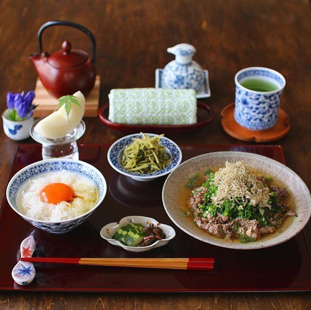 #今日も滋味ごはん ・ ・ 今日の朝昼ごはんは 難波 #千とせ 風 #肉吸い と卵かけご飯でした☺︎ ・ 肉吸いというのは 肉うどんから うどん玉を抜いたもの。 芸人さん達にも愛される 大阪の名物料理です🎶 ・ 肉吸いにはお豆腐とお葱をたっぷり。 卵ご飯は炊きたてのよこね米で🍚🥚✨ ・ なんちゃって千とせだけど 肉吸いも卵ご飯も美味しかったです😋 今日もご馳走様でした♡ ・ ・ 魚沼産コシヒカリ『 よこね米』の 新米予約は9/20まで。 @komenoma_official こめのまさんの トップページからどうぞ🤗 ・ ・ ✦ฺ豆腐入り肉吸い ✦ฺ #卵かけご飯 ✦ฺ豆苗御浸し ✦ฺ自家製ぬか漬け ✦ฺ伊万里梨 ・ ・ ・ ・ #丁寧な暮らし #クッキングラムアンバサダー  #夏さんまた来年ね #朝ごはん #朝御飯 #朝食 #和食 #クッキングラム #キナリノ #日々#暮らし #うつわ #器 #和食器 #中里博彦 #中里博恒 #心和庵 #清岡幸道 #岡晋吾 #中里月度務 #中山芳浩 #刺し子 #輪島塗 #波佐見焼 #こめのまアンバサダー #よこねの新米予約