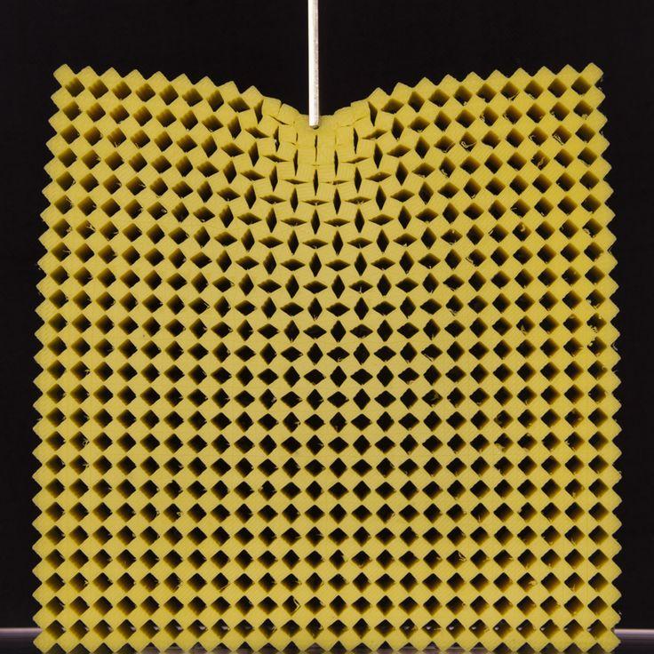 Nieuwe fysica achter mechanische metamaterialen https://www.universiteitleiden.nl/nieuws/2017/09/groter-is-anders--de-bijzondere-fysica-van-mechanische-metamaterialen https://www.youtube.com/watch?v=jqd8DxgHn4Y