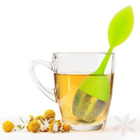 FEUILE. Divertido #infusor con forma de hoja, muy fácil de usar. Su hoja es extraíble para que puedas poner dentro la infusión y te servirá también para poder sacar el infusor fácilmente de la taza. ¡Disfruta de una fantástica y acogedora taza de té! #MenajeDelHogar #BolsaInfusiones
