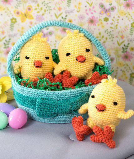 Tres polluelos en una cesta