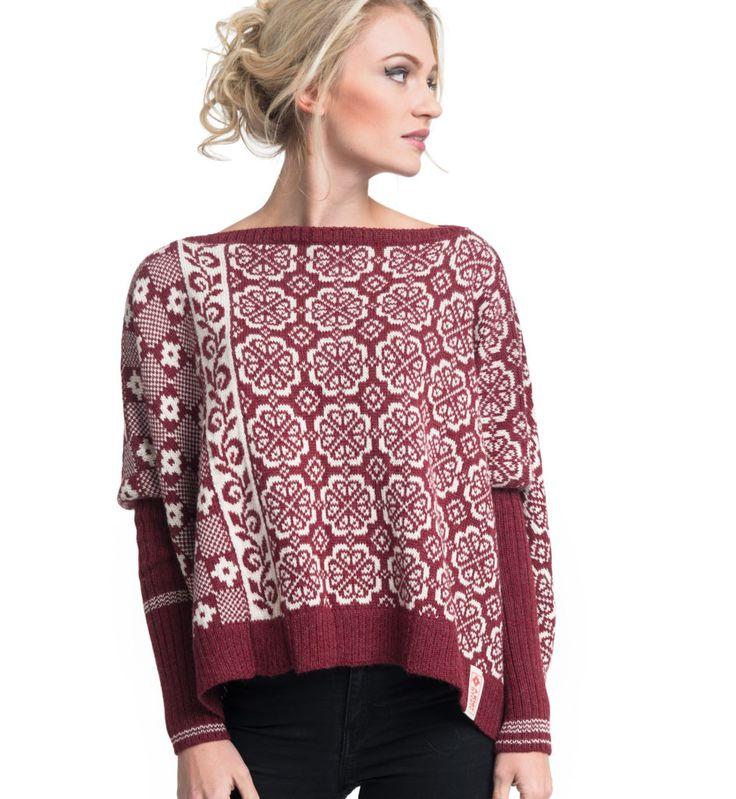 Romslig strikkegenser med burgunder bunnfarge og naturhvit mønsterfarge.
