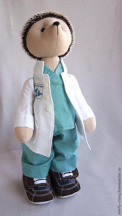 Еж доктор. Игрушка еж в роли врача. Игрушка одета в хирургическую форму и в…