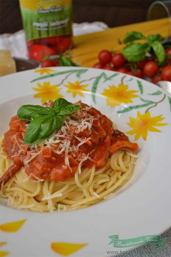 Reteta de spaghetti milaneze este cu siguranta una dintre cele mai cunoscute retete italienesti. Parmezanul, busuiocul si oregano ofera retetei o aroma minunata. Daca aveti invitati si vreti sa pregatiti ceva gustos si rapid, spaghetele milaneze sunt reteta ideala. Ingrediente 2 portii 150 g mix de bureti in saramura sau proaspeti 100 g sunca de