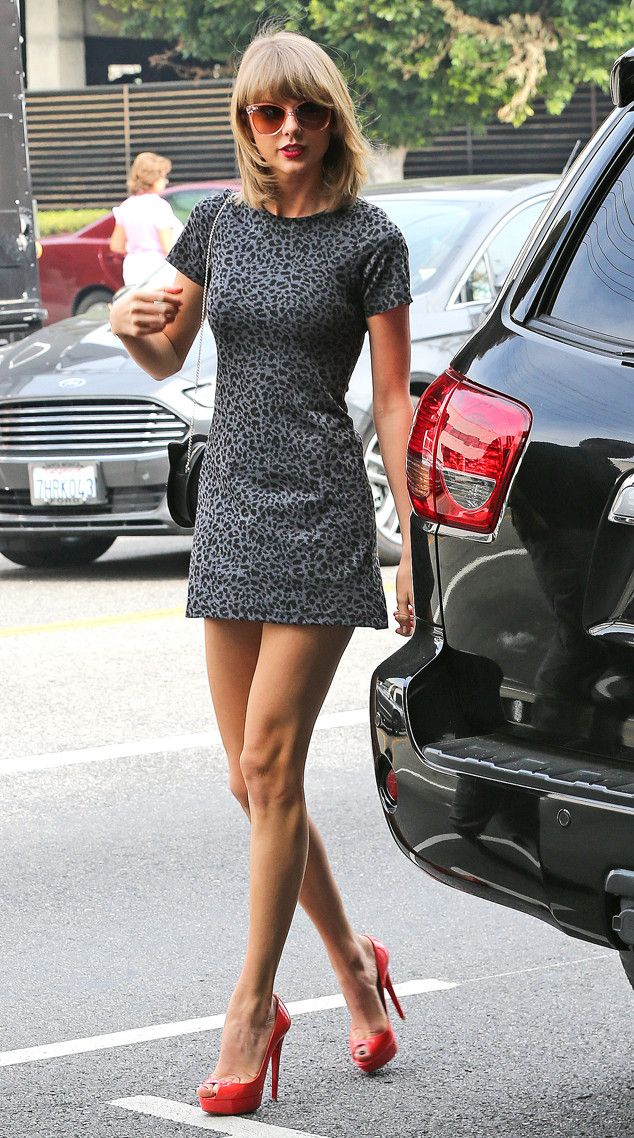 Taylor Swift struts her stuff and looks GORGEOUS!