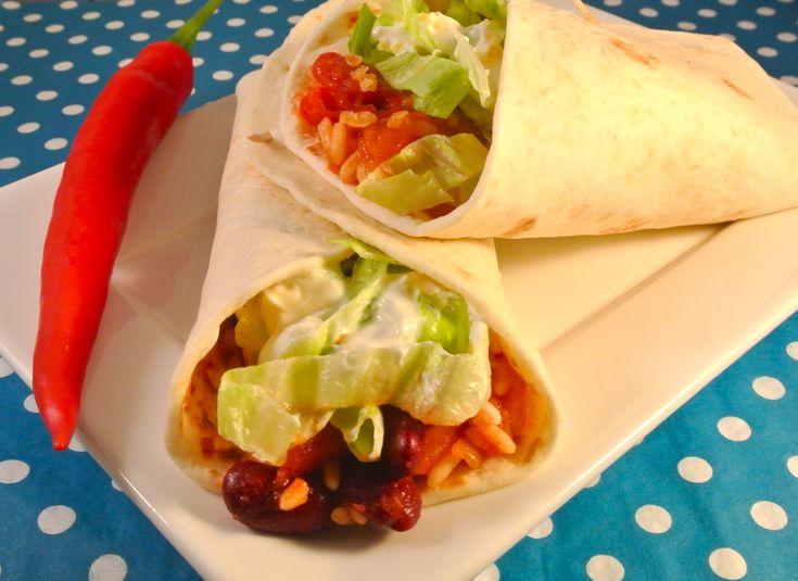 Een heerlijke burrito met een vulling van een heerlijk sausje, rijst, kidneybonen en nog veel meer lekkers. Ideale maaltijd als je niet zoveel tijd hebt maar wel iets lekkers en enigszins gezonds op tafel wilt zetten! Tijd: 20 min. Recept voor ongeveer 6 burrito's Benodigdheden: 1 pot wrapsaus (250 gram) halve rode peper halve witte...Lees Meer »
