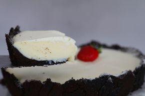 """Essa torta é uma das receitas mais encantadores que já fizemos por aqui. O Alexandre descobriu esse recheio em forma de brigadeiro na internet, e pensamos…porque não transformar em uma mega torta?! Essa receita é fácil e vai encantar a família inteira! Vem ver! Você vai precisar: 4 pacotes de biscoito """"Negresco"""" sem recheio 4 …"""