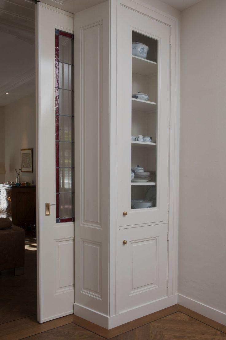 Detail Kamer en Suite in Belle epoque Stijl, kasten op dezelfde hoogte als Schuifdeuren. geplaatst in Den Haag.