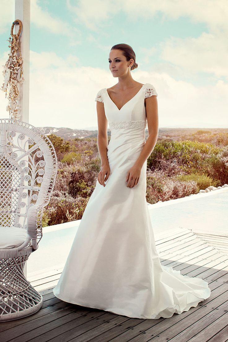 Deze klassieke jurk van Marylise, Roma is gemaakt van zijde. De V-hals, het kanten kapmouwtje en de blote rug maakt deze trouwjurk vrouwelijk en elegant. Bewonder deze jurk bij Covers Bruidsmode.