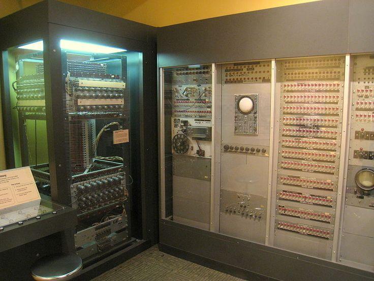 Whirlwind fu progettato dal Massachusetts Institute of Technology e fu il primo computer ad operare in tempo reale come simulatore di  volo per i piloti. Le informazioni venivano per la prima volta mostrati su un monitor. Whirlwind venne sviluppato sotto la direzione del Semi Automatic Ground Environment della United States Air Force. Entrò in funzione nel 1951 e fu anche il primo computer il cui tempo di calcolo era prenotabile  per 15 minuti.