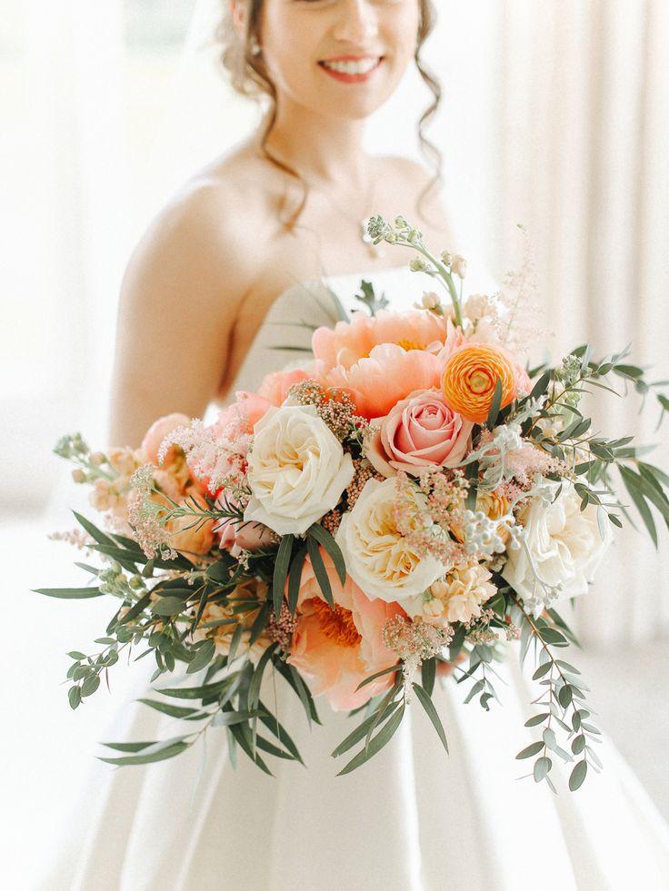 Ramo de novia de melocotón de gran tamaño: un vestido de Caroline Castigliano para un elegante y …