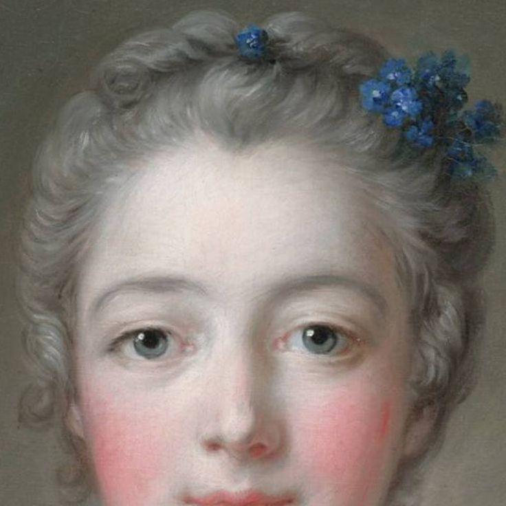 Particolari di opere, seconda parte. Francois Boucher: Madame de Pompadour alla toeletta. Olio su tela, del 1758. Cm 81 x 63. Fogg Art Museum, Harvard University. I capelli tirati indietro e leggermente incipriati, con i fiorellini blu sopra: è un semplice mazzolino, abbinato al colore dei fiocchi dell'abito.