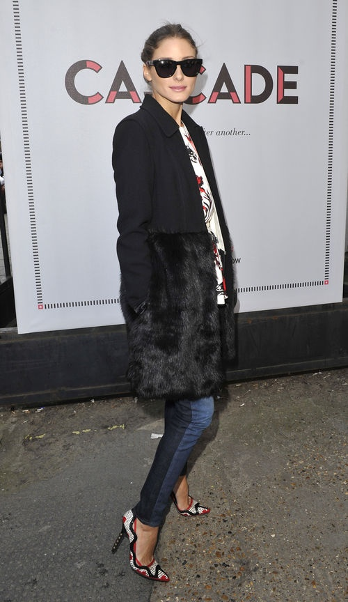 Olivia Palermo zeigte sich in London im schwarzen Mantel mit Fellabsatz