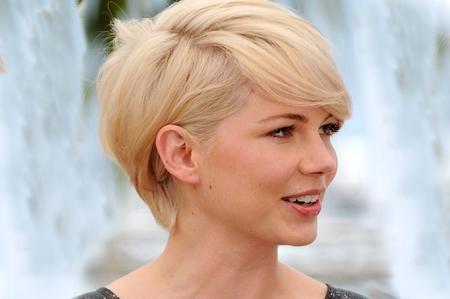 Taglio corto per capelli fini, con frangia laterale