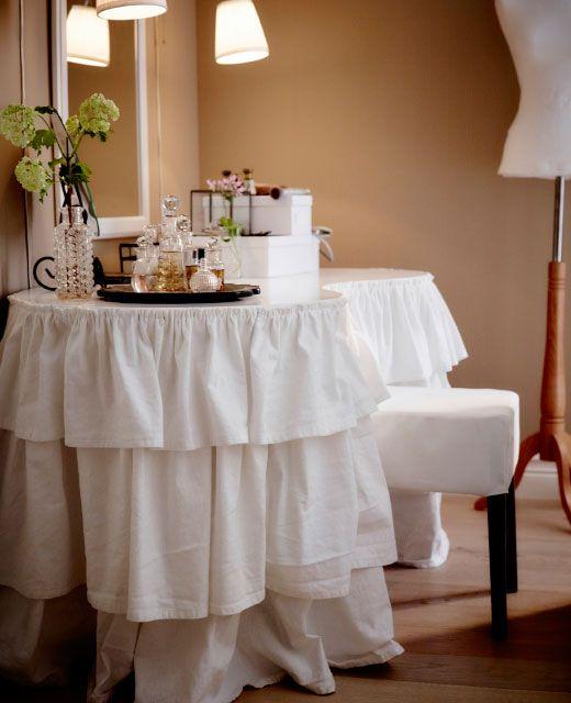 Passione per i tessili? Il tavolino è rivestito con una copertura a balze, che completa lo stile - IKEA