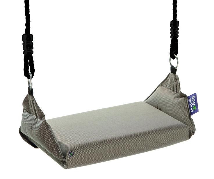 De Marshmallow Swing is een hangend #kussen. Heerlijk zacht en comfortabel. Volkomen veilig door de stevig ingenaaide band, die onder de #schommel door loopt. Je kunt er op zitten, liggen, staan, hangen wat wil je maar wilt. Dutch Design by Purple Frog.