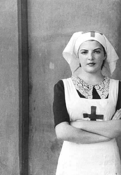 Retrato de una enfermera del Hospital de Sangre de Buitrago, julio 1936, por el fotógrafo Luis Ramón Marín, durante la Guerra Civil española.