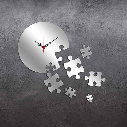 Ceas de peret decorativ Desire in forma de puzzle din oglinda plexiglas. Acesta poate fi ceasul pe care il cauti pentru a se asorta perfect in livingul tau.