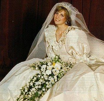 Lady Di símbolo de elegância dos anos 80 contrasta com Madonna mas não deixa de carregar as características da época. Seu vestido de noiva foi o mais copiado da época. Sua maquiagem mais delicada nao deixava de ter olha tudo e boca tudo, por mais que escala mais baixa de cores.