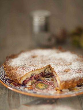 Gâteau tarte aux prunes et aux amandes Pour ce dessert, j'ai utilisé des prunes d'Ente, celle dont on fait les pruneaux d'Agen. Elle a la particularité d'être violette foncée, d'être juteuse et très très sucrée (à ne pas confondre avec les quetsches). La cuisson dure 55 minutes, il te faudra patienter pour le goûter ou l'heure du thé! © Anne Demay-Reverdy © Panier de Saison