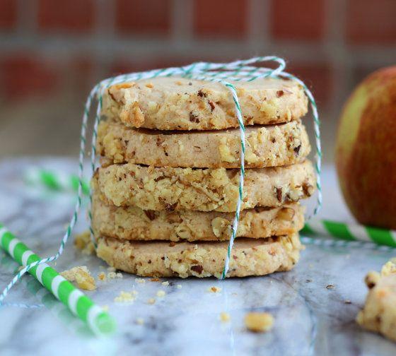 Σήμερα θα σας δείξουμε πώς μπορείτε να φτιάξετε εύκολα και γρήγορα μπισκοτάκια μήλου με κανέλα...